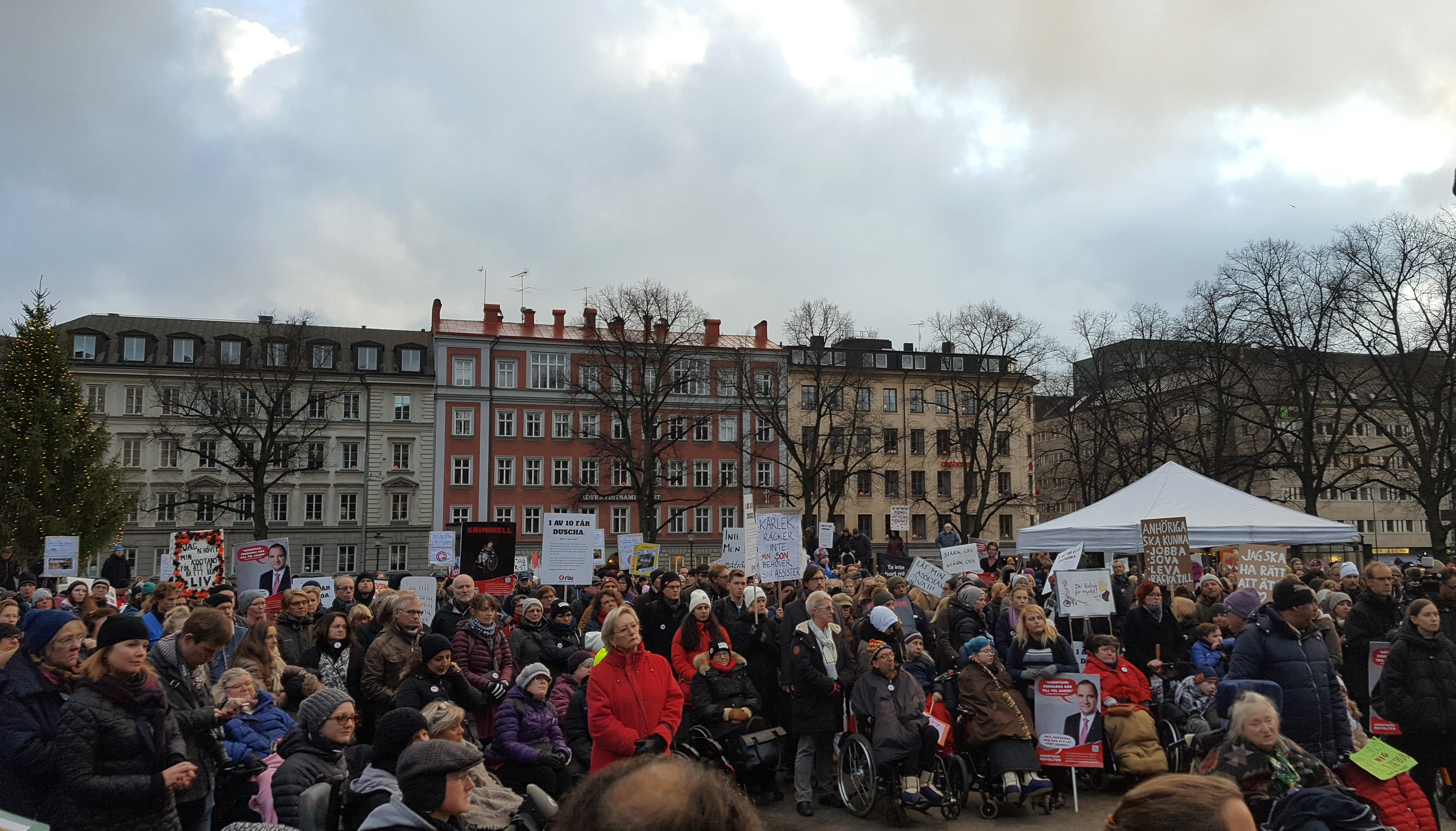 Flera hundra personer på Norra bantorget i Stockholm.