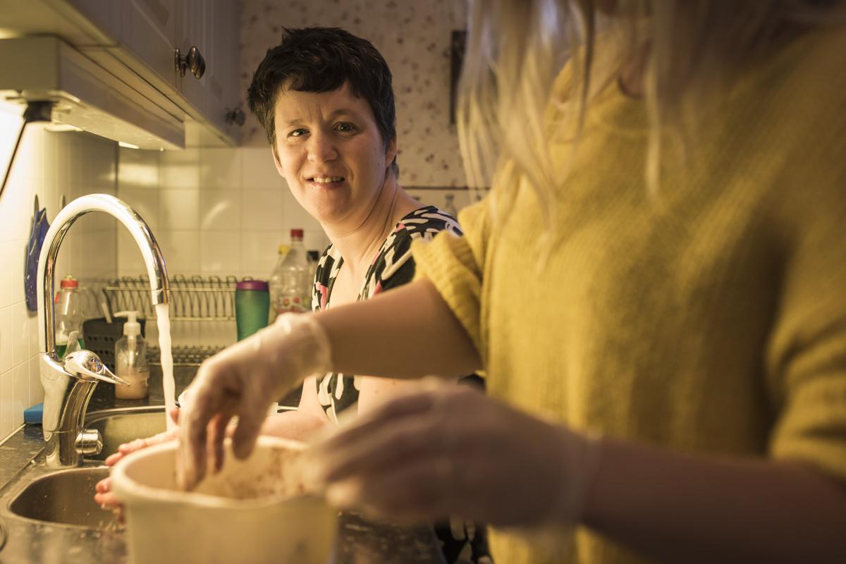 Medlem i STIL som arbetsleder sin assistent i köket