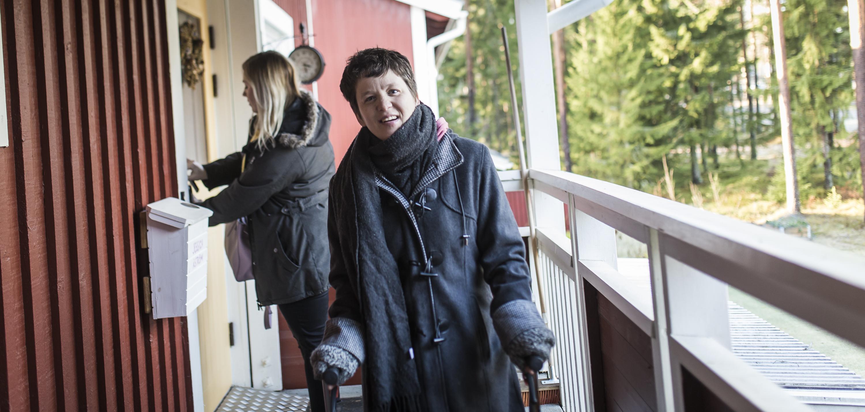 En av STILs arbetsledare på väg ut genom sin dörr. I bakgrunden står assistenten och låser dörren.