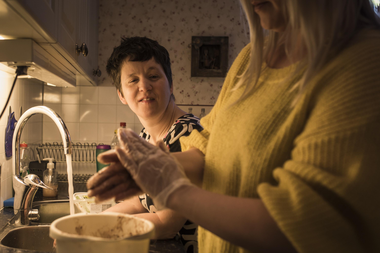 Jessica arbetsleder sin assistent i köket