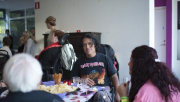 Foto på flera medlemmar i STIL runt ett bord