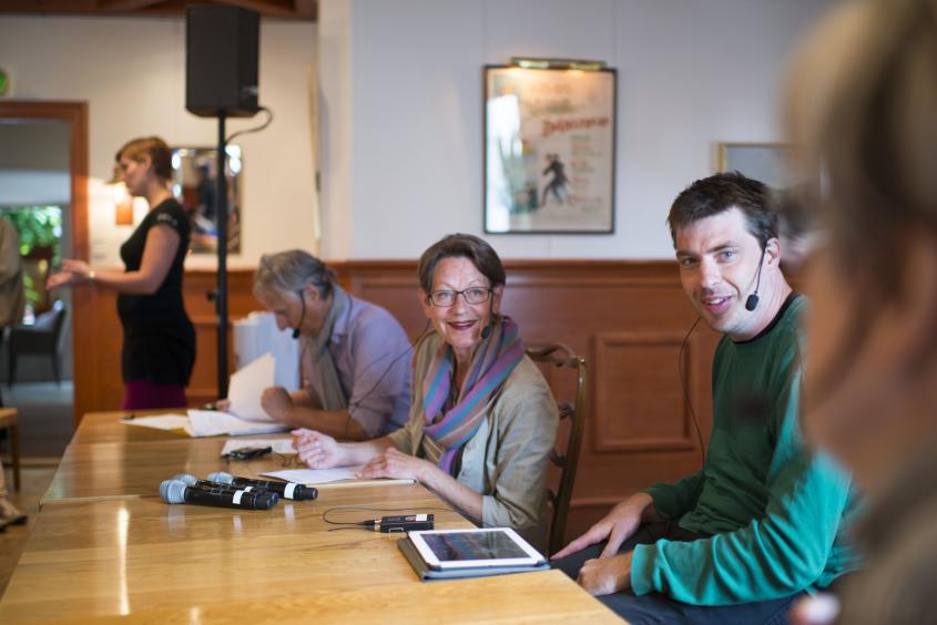 Gudrun Schyman och Jonas Franksson sitter bredvid varandra i ett panelsamtal. De tittar på någon som inte syns i bild.