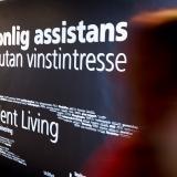 """En svart vägg med orden """"Independent Living"""" och """"personlig assistans utan vinstintresse"""""""